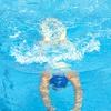Prsno 1: Med izdihovanjem v vodo plavalec drsi iztegnjen v prsnem položaju na vodni gladini, z glavo med vzročenimi rokami.