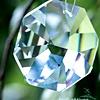Lesketajoči se kristali privabljajo nežna bitja svetlobe. Obesite jih na balkon ali poleg sobnih rastlin.