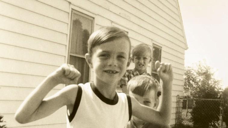 Avtor članka v osnovni šoli v pozi He-Mana. Prvi znaki sladkorne bolezni se lahko pojavijo že v puberteti. (foto: arhiv Jeffa O'Connella)