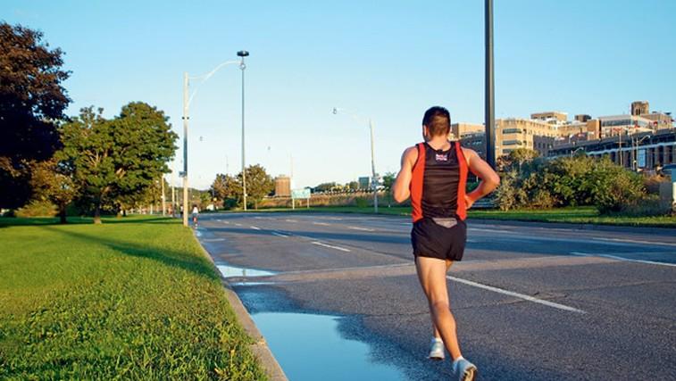 Za povečanje hitrosti 6 tednov 4-krat na teden izvajajte klasične trebušnjake, izteg trupa, dvig bokov in obrat trupa v položaju za trebušnjake – vse na žogi za aerobiko.  (foto: Shutterstock.com)