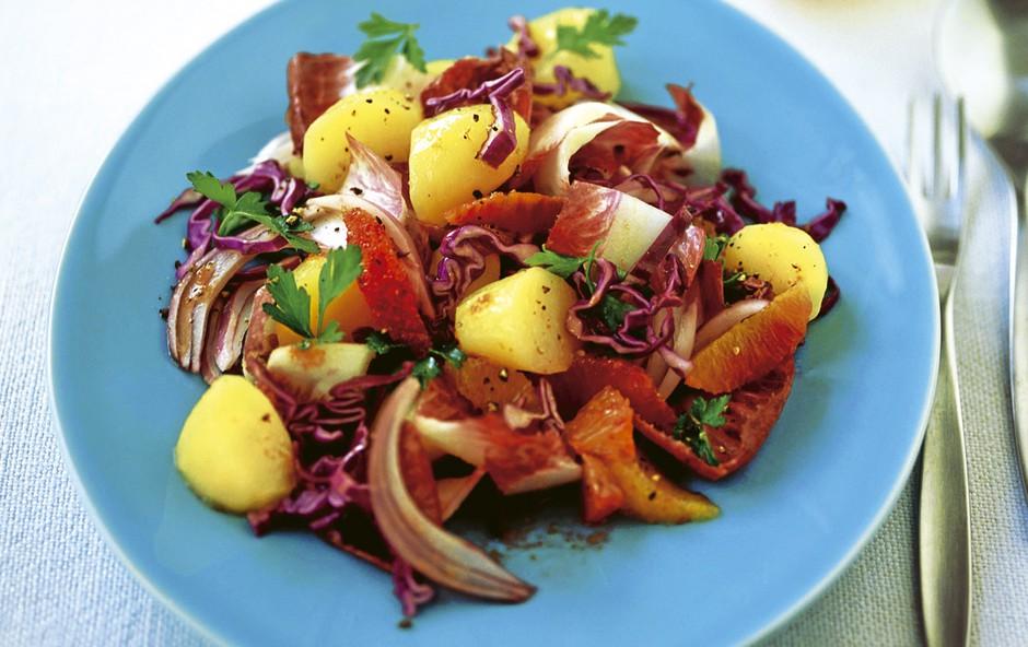Topla rdeča solata iz zelja, radiča in pomaranč (foto: Shutterstock.com)