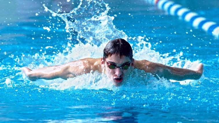 Osnovni cilj plavanja je zmanjšati upor vode in čim lažje drseti skoznjo. (foto: Shutterstock.com)