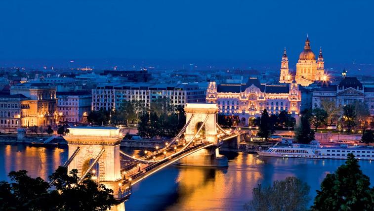 Budim in Pešto povezujejo številni mostovi prek Donave. Széchenyjev verižni most, zgrajen leta 1849, je najstarejši most čez Donavo in je pravi simbol Budimpešte. (foto: Arhiv Burdy in Profimedia.cz)