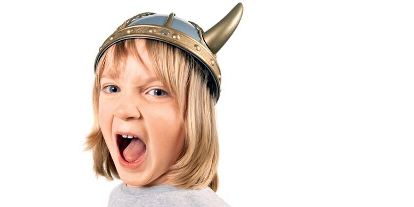 Ko so otroci stari dve do tri leta, se zelo veliko naučijo s posnemanjem, zato moramo odrasli paziti, da smo jim vedno za dober zgled.