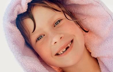 Kaj storiti, ko si otrok izbije zob?