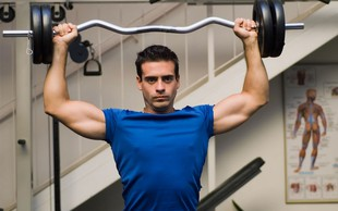 Stoječi potisk nad glavo - pozabljena vaja v svetu fitnesa