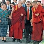 Simpatija med Dr. Rigoberto Menchú Tum in Njegovo svetostjo Dalajlamo je bila več kot očitna. (foto: Arhiv revije Lisa)