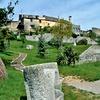 Vrt pod vaškim obzidjem je unikatno zasnoval arhitekt Maks Fabiani, domačin iz bližnjega Kobdilja.