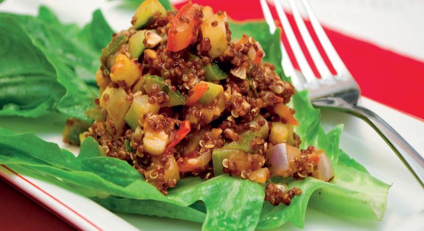 Rdeča kvinoja s poletno zelenjavno omako