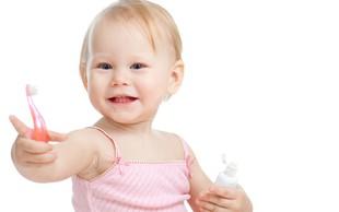 Triki, s katerimi otroke in najstnike pripravite do umivanja zob