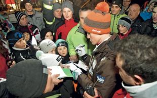 Foto: Peter Prevc med svojimi navijači v Dolenji vasi