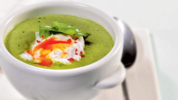 Kremna juha iz rukole s poširanim jajcem (foto: Arhiv revije Lisa Čarovnija okusa)