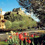 Na ugaslem vulkanu je zrasel Edinburgh Castle. (foto: visitbritainimages)