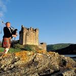 Igralec dud ob gradu Donan Castle pri jezeru Loch Duich. (foto: visitbritainimages)