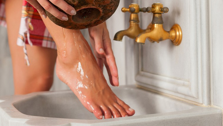 Kako preprečiti otekanje nog (foto: Shutterstock.com)