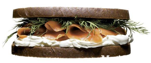 Prekajen losos s koprom in finskim kruhom