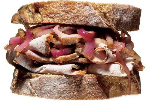 Sendvič s svinjino in čebulo