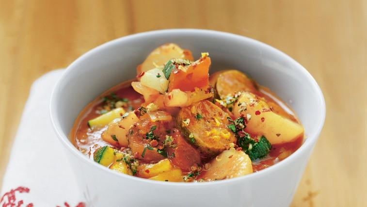 Golaž s sladkim krompirjem in klobaso (foto: foodstock photo)