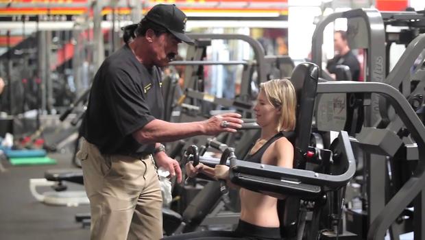 Terminator skrbi za pravilno izvedbo fitnes vaj (foto: Arnold Schwarzenegger @ YouTube)