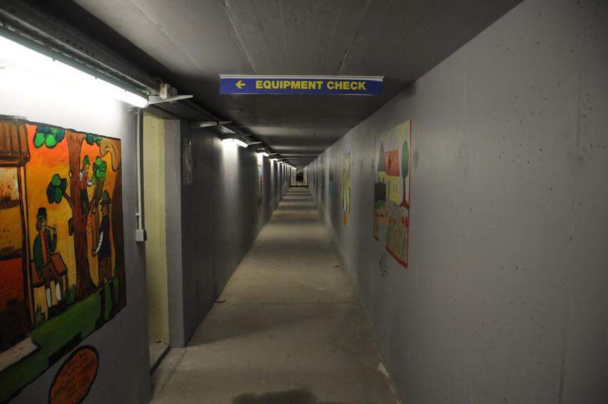 Po hodnikih pod stadionom tekmovalci in ostali pridejo na štart.