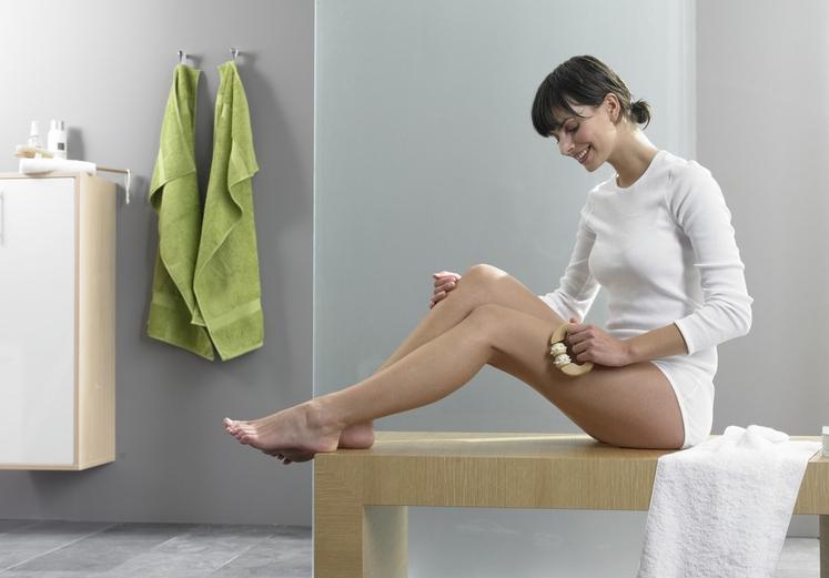 ŠČETKANJE SUHE KOŽE Ščetkanje suhe kože je pomembno tudi za tiste, ki sicer nimate težav s celulitom. Dnevna mini masaža …