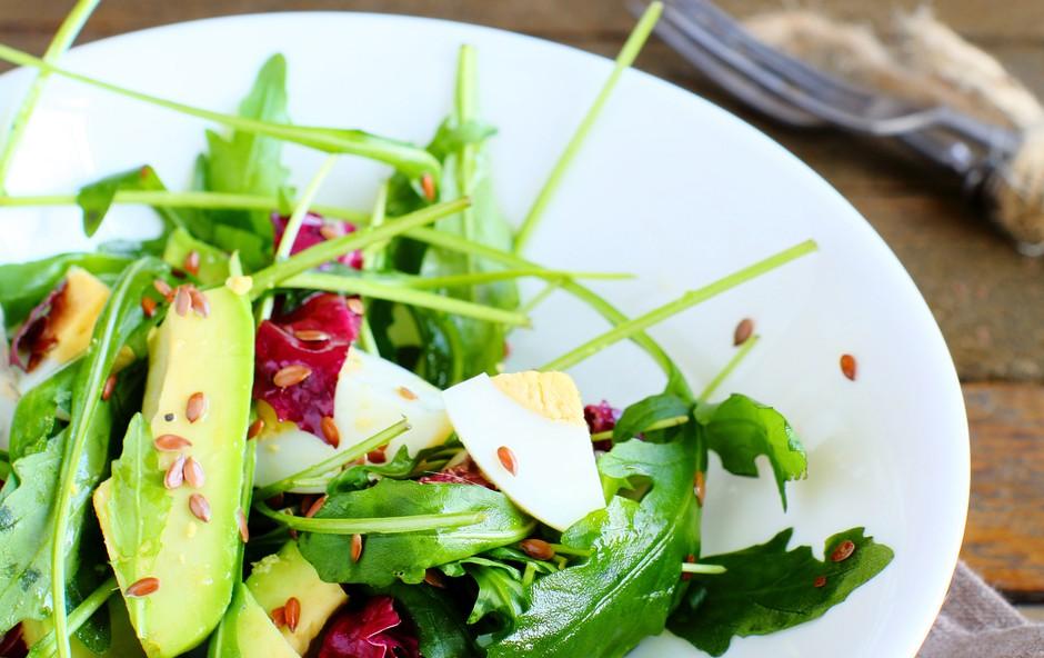 Recept: Spomladanska solata z jajčkom in avokadom (foto: Shutterstock.com)