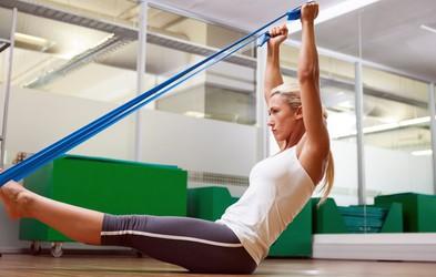 VIDEO: Kratka vadba z elastiko, s katero boste okrepili praktično vse mišice