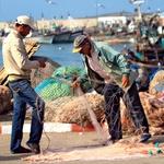 Ribiči pri krpanju mreže. (foto: Kaja in Goran Alntley)