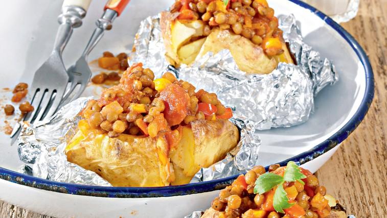 Recept: Na žaru pečen krompir, polnjen z rdečo lečo (foto: Profimedia)