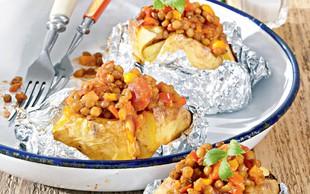 Recept: Na žaru pečen krompir, polnjen z rdečo lečo