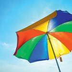 Zagoreli brez slabe vesti: Sončna krema ščiti pred  negativnimi lastnostmi poletja. Tudi pod senčnikom ne smemo pozabiti na primerno  zaščito.  (foto: shutterstock)