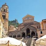 Zanimivost: katedrala Amalfi iz 10. stoletja z veličastnim mozaikom na fasadi in križnim hodnikom minoritskega samostana. (foto: Revija Moje Stanovanje)