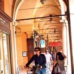 Bologna ima okoli 390 tisoč prebivalcev, od katerih se velik del po mestu prevaža s kolesi in motorčki. (foto: Tina Lucu)