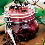 Bezgov žele: Za 4 kozarce: 1 kg bezgovih jagod prilijte s toliko vode, da bodo prekrite, nato pa jih kuhajte, dokler ne razpadejo. Zmes precedite skozi gazo. Pridobljen sok zmešajte z želirnim sladkorjem v razmerju 1 : 1 in ga skuhajte po navodilih z embalaže. (foto: shuterstock)