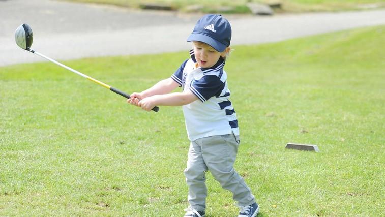 Deček na fotografiji je Xavier Good, dvoletnik, katerega vzor in zgled je Tiger Woods, in velja za najmlajšega golfista na svetu. Golf je pričel igrati pri 13 mesecih. (foto: Profimedia)