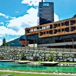Gradonna Hotel razen občutka domačnosti ponuja tudi možnost razvajanja, med drugim v zunanjih in notranjih bazenih. (foto: Goran Antley)