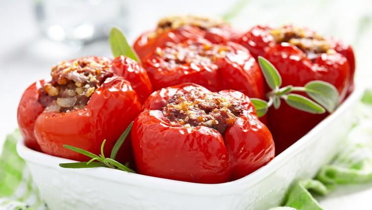 Paprike, nadevane z ajdovo kašo in jurčki, iz krušne peči (foto: Shutterstock.com)