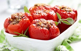 Paprike, nadevane z ajdovo kašo in jurčki, iz krušne peči