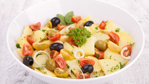 Recept: Mediteranska krompirjeva solata z olivami (foto: Shutterstock.com)