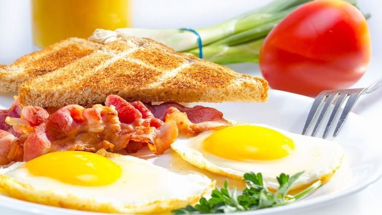 Popoln zajtrk: Jajčka s slanino (foto: Shutterstock.com)