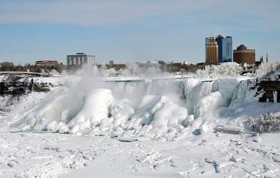 Foto: Niagarski slapovi zaviti v zimsko odejo