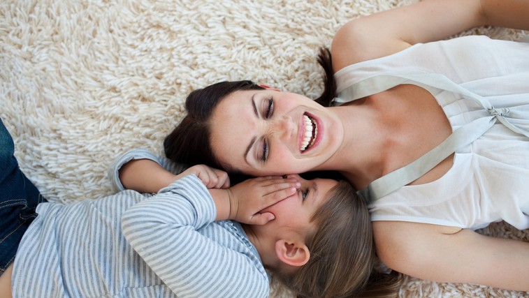 Kako komuniciramo – odrasli, bodimo otrokom zgled (foto: Profimedia)