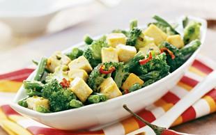 Brokoli s tofujem na sezamovem olju