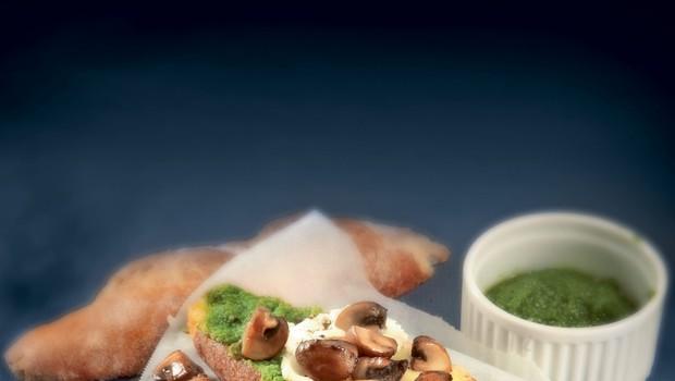 Hrustljav kruh s pečenimi šampinjoni in parmezanovim pestom (foto: revija Čarovnija Okusa)