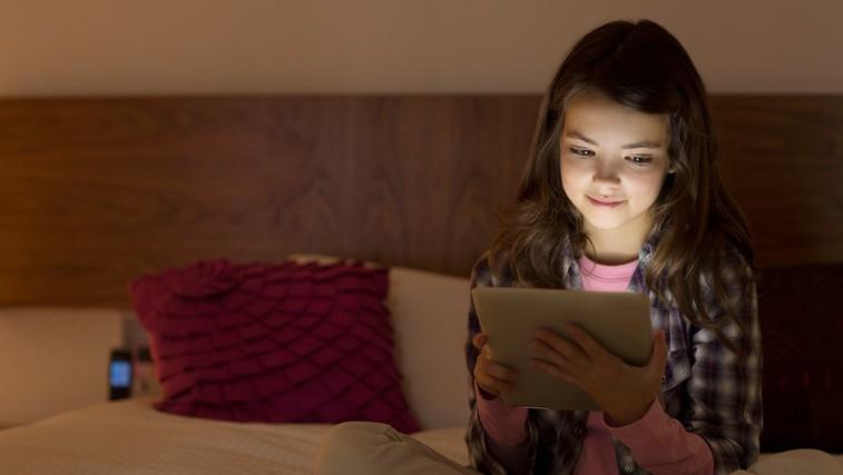 Zasvojenost z mobilnimi napravami med mladimi močno narašča (foto: profimedia)