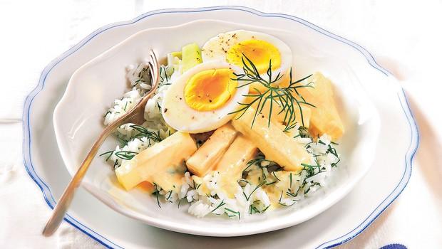 Dušena koleraba s trdo kuhanim jajcem in smetanovo omako (foto: revija Čarovnija okusa)