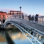 Nekoč je bilo tukaj treba plačati mitnino, danes pa se po mostu Half Penny Bridge v Dublinu lahko vsak sprehaja zastonj (foto: fotolia)