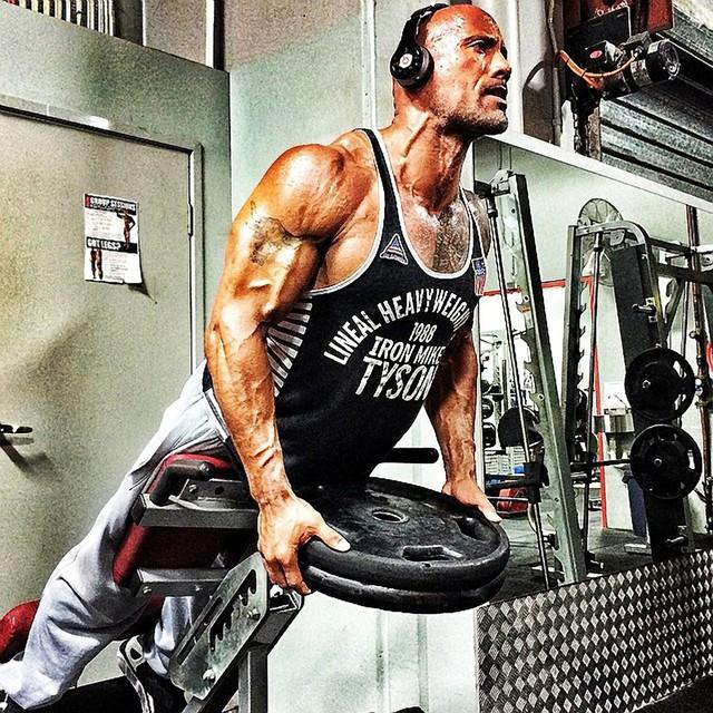 Kaj se zgodi, ko se povprečen človek en dan prehranjuje kot Dwayne 'The Rock' Johnson
