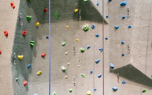 19-mesečni otročiček takole premaguje plezalno steno