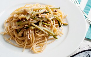 Recept: Špageti z bučkami in orehi
